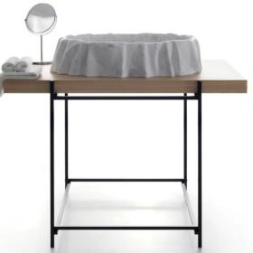 Hashi – металева консоль з дерев'яною стільницею.