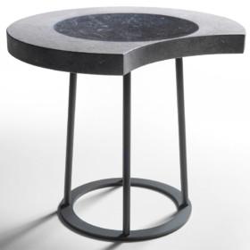 Moon – колекція мармурових столиків та сидінь.